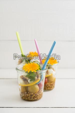 salatkruege mit dinkel kirschtomaten zucchini walnuessen