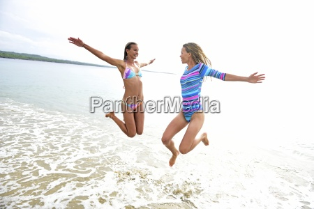 zwei frauen die spass am strand