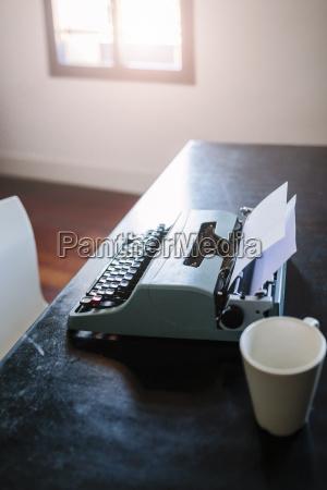 schreibmaschine auf dem schreibtisch