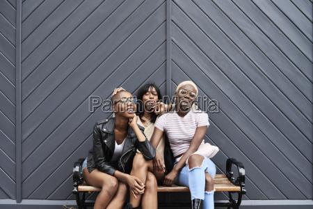 drei freunde sitzen zusammen auf einer