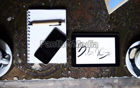 stillleben mit handy tablet stift und
