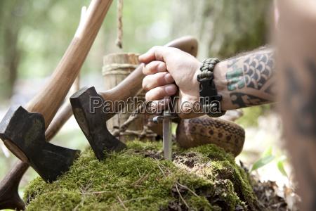 achsen baumstumpf und handhaltemesser im wald