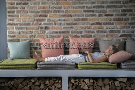 mature woman lying on couch usine