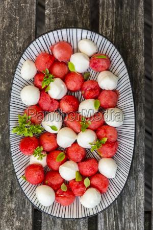 wassermelonensalat mit mozzarella und basilikum