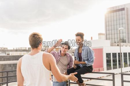 freundetreffen auf einer dachparty