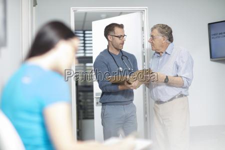 arzt mediziner medikus frau reden redend