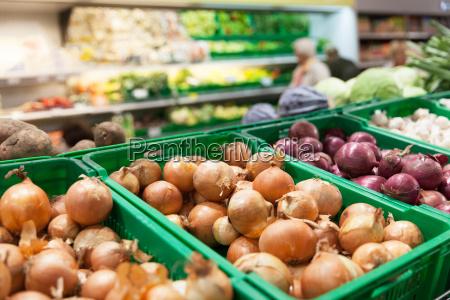 zwiebeln auf supermarkt gemuese regal