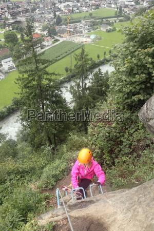 maedchen beim aufstieg am klettersteig