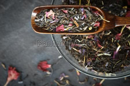 set fuer hibiskus teezubereitung auf dem