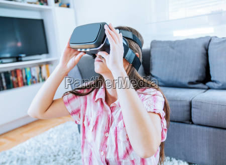 virtual reality brille frau zu hause