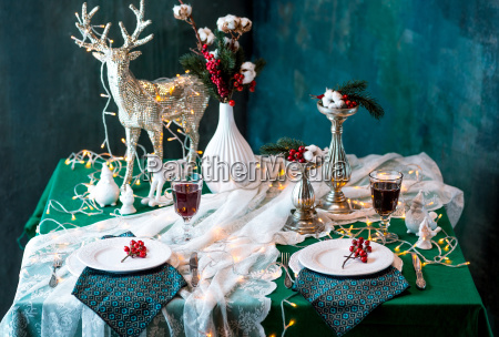 schoene weihnachtstischdekoration mit dekorationen