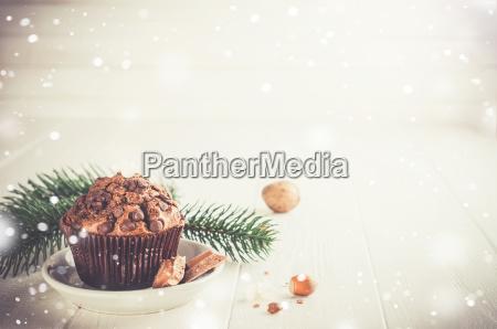 schokoladen muffin auf weissem holz hintergrund