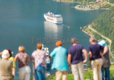 kreuzfahrtschiffe in den gewaessern von fiord