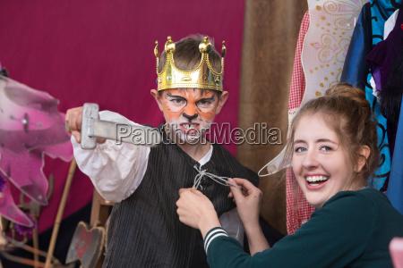 kinderschauspieler gekleidet als koenig der krone
