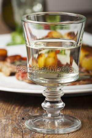 weisswein in einem glas mit saltimbocca