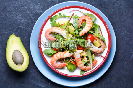 salad with shrimp tomatoes and arugula