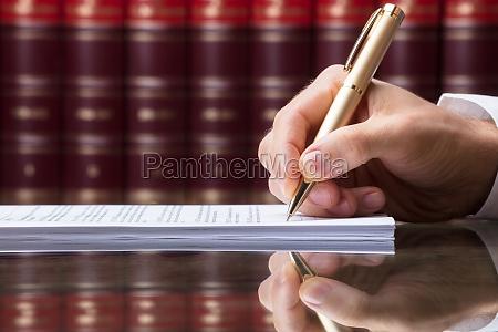 unterzeichnendes dokument der menschlichen hand