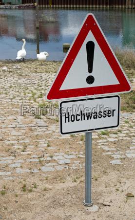 allgemeines warnzeichen und zusatzschild hochwasser