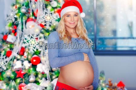schwangere frau feiern weihnachten