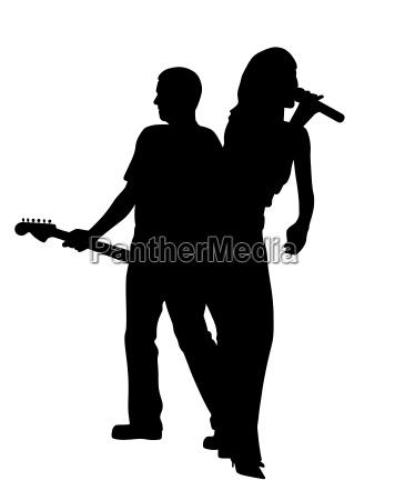saengerin und maennlicher gitarrist ruecken an