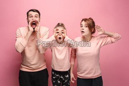 ueberraschte junge familie die kamera auf