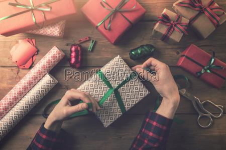 geschenkpapier frau binden einen bandbogen