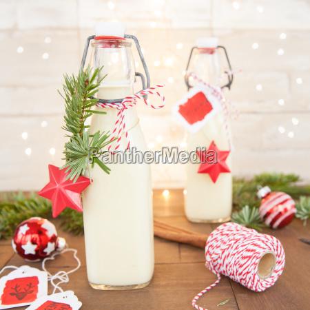 eierpunsch vor weihnachtsdekoration