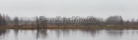 winter fluss bedeckt panorama himmel reflexion
