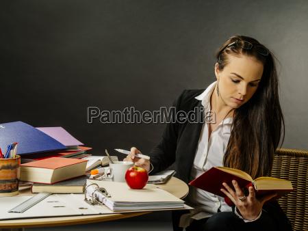 schoener lehrer der an ihrer schreibtischlesung
