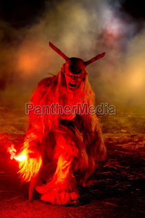 die traditionellen krampus masken in einer