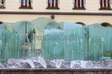 marktplatz mit modernem glasbrunnen breslau polen