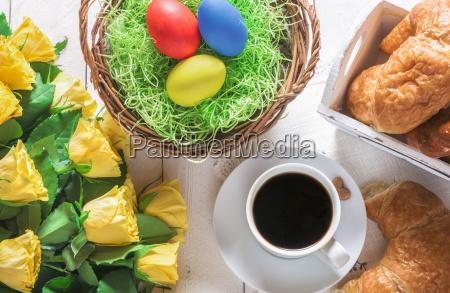 ostern fruehstueckstisch und rosen bouquet