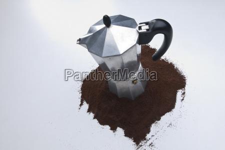 eine kaffeemaschine mit kaffeepulver