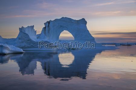 natuerlicher bogen des sehr hohen eisbergs