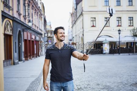 mann macht selfie waehrend der ferien