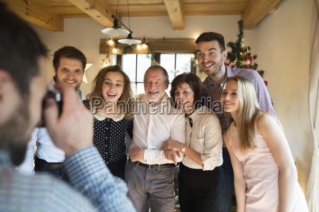 familie posiert fuer ein foto am
