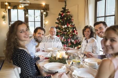 glueckliche familie am weihnachtstisch