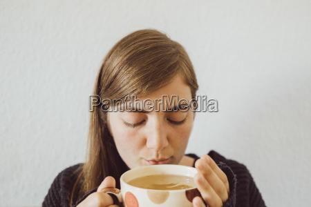 frau mit heisser tasse tee