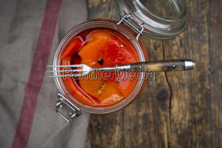eingelegte geroestete paprika offenes konservierungsglas und