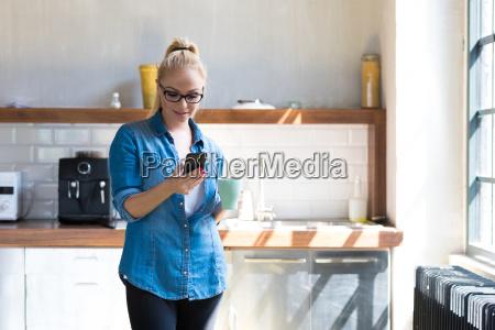 geschaeftsfrau steht mit kaffeetasse in der