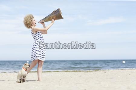 junge frau mit megaphon und hund