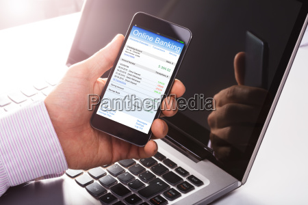 mann mit online banking auf handy