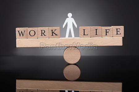 menschliche figur balancieren zwischen arbeit und
