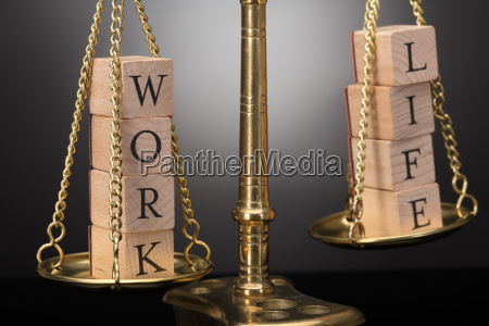 gerechtigkeitsskala mit holzbloecken die arbeits und