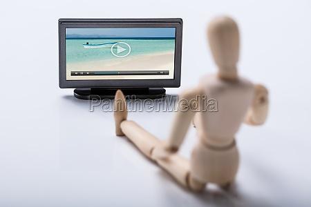 holzfiguren, sehen, video, im, fernsehen - 23584106