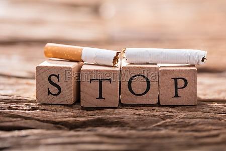 zigarettenschlacht und holzbloecke die stopp wort