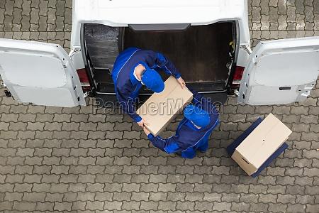 zwei liefergelenk entladekarton vom truck