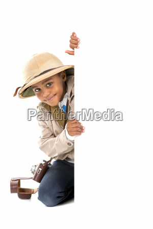junge in safari kleidung