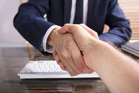 geschaeftsmann der hand mit seinem partner