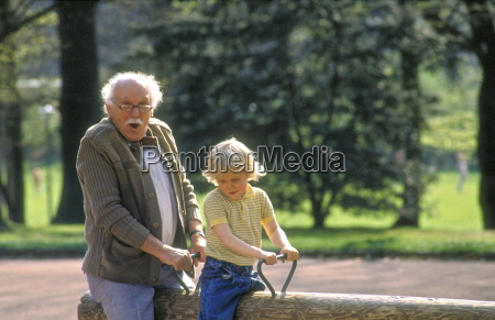 szene spielplatz grossvater mit sitzt seinem